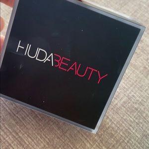 BRAND NEW HUDA BEAUTY FACE POWDER
